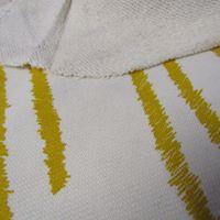 Malha de algodão crú com riscas amarelas