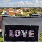 Aplicação LOVE com lantejoulas